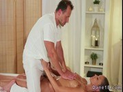 Массажист порно ххх видео Masseur gives creampie to hot brunette