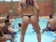 Порно ххх видео Novinha dançando funk na piscina
