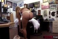 Блондинки порно ххх видео Hot and blonde bride walks in to get