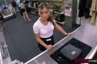 Блондинки порно ххх видео Blonde and hot waitress tries to sell a