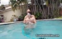 Вчетвером порно ххх видео Hot bikini foursome in the pool