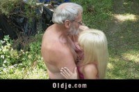 Блондинки порно ххх видео Old man s two teens in the forest