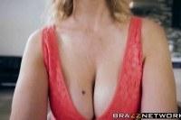 Порно ххх видео Busty milf julia ann shows her younger